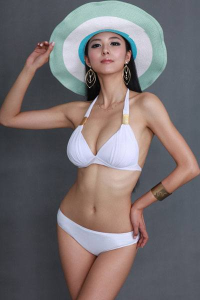 Ai Shang Zhen looking beautiful in a beach hat