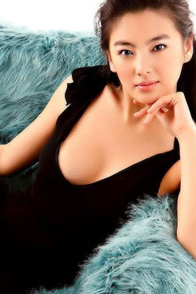 Kitty Zhang Yuqi elegant in black dress