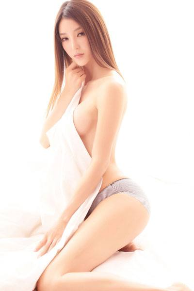 Li Ying Zhi towel covering her body