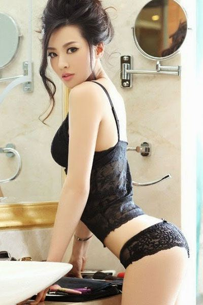 Sheng Xin Ran in a laced black lingerie