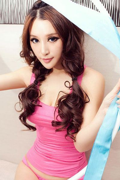 yang-qi-han-in-a-pink lingerie