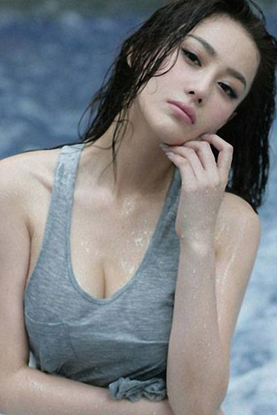 Zhang Xin Yu looking hot in the pool