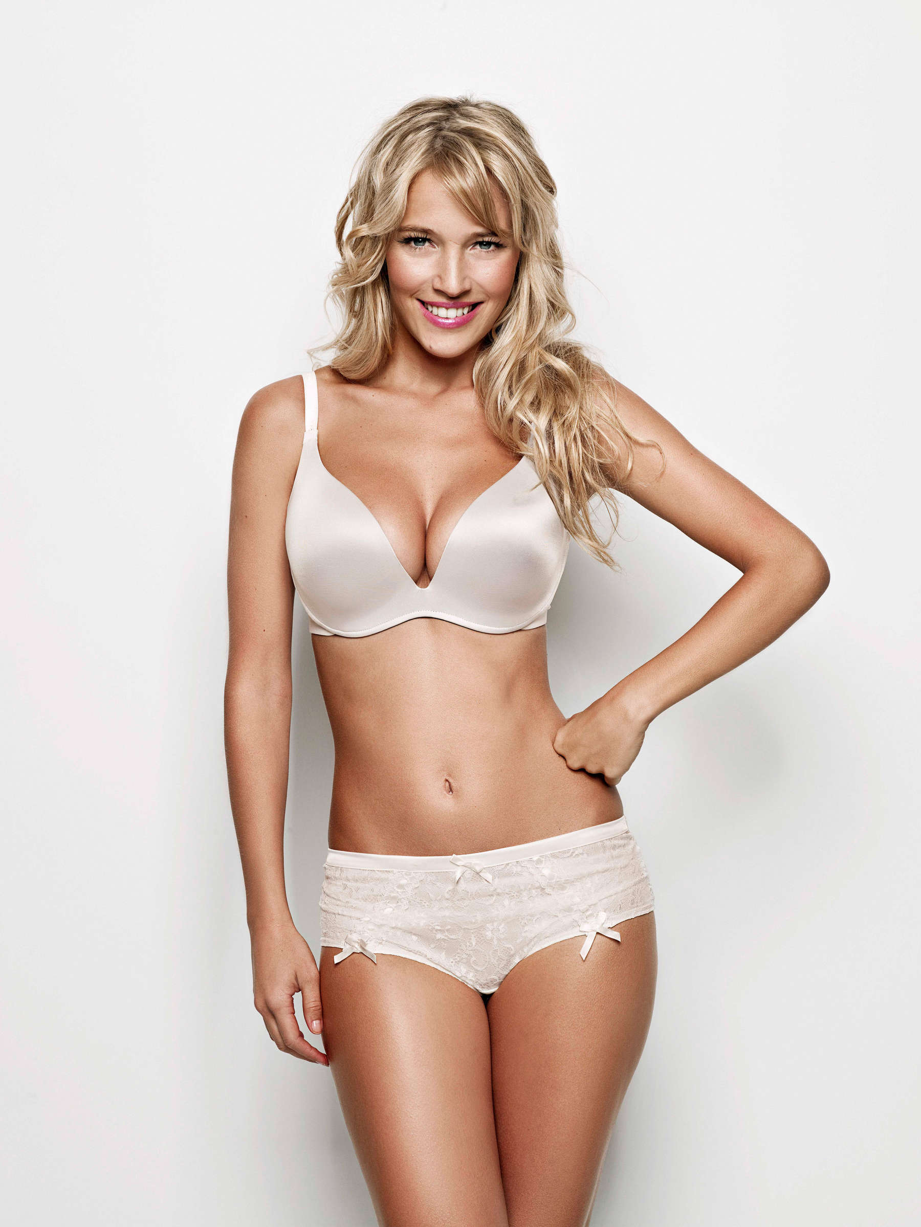 Luisana Lopilato sexy abs
