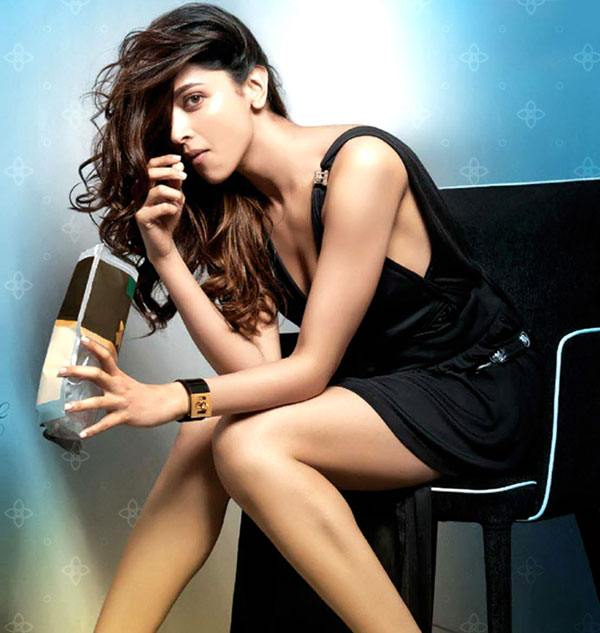 Deepika Padukone eating chips