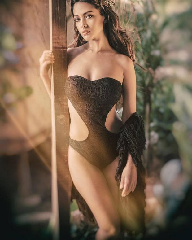 Riya Sen sizzling bikini