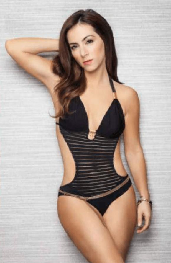 Claudia Lizaldi sexy curves
