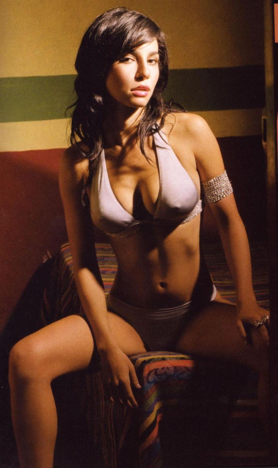 Martha Higareda sexy abs